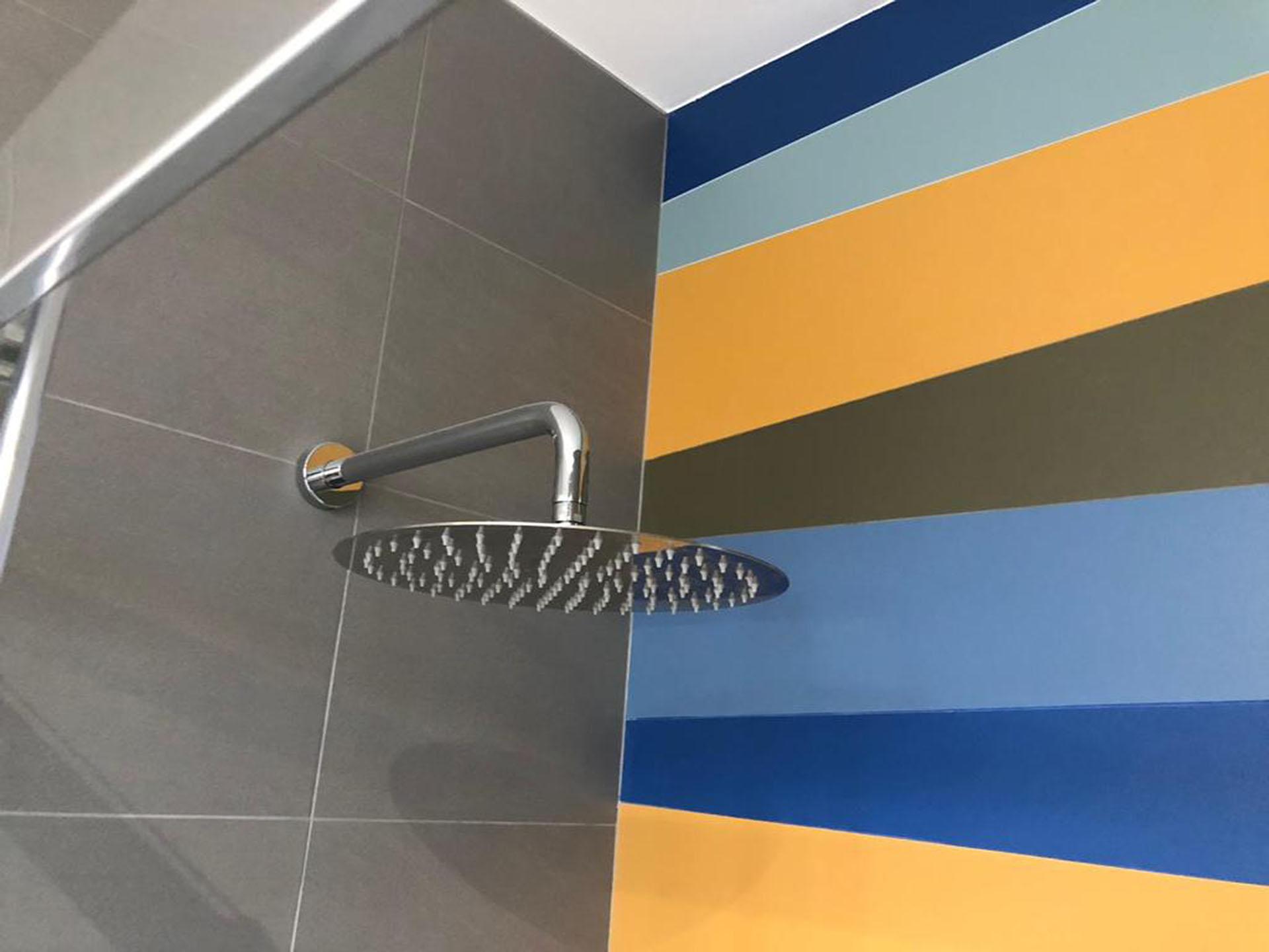 Dettaglio bagno privato soffione doccia basic